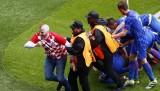 Türkiye - Hırvatistan maçında taraftar sahaya girdi!