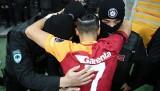 Yasin Öztekin golün ardından polislere sarıldı
