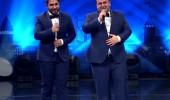 Geçen yılın finalistleri Erdal ve Burak kardeşler sahnede...
