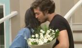 Serbay o isme çiçek götürdü!