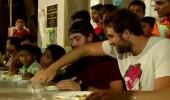 Elleriyle yemek yediler! Serkay ve Zafer...