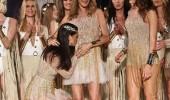 Adriana Lima'dan defileye damga vuran öpücük
