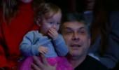 Murat Boz'un dikkatini çeken minik seyirci!