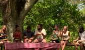 Oyunu kazanan Gönüllüler'in birlikte son yemeği