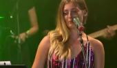 Yağmur Banda 'Bütün kızlar toplandık' şarkısıyla sahnede...