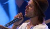 Murat Ceylan kendi şarkısıyla sahnede...