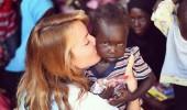 Gamze Özçelik Afrikalı çocukların yüzünü güldürdü