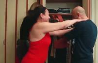 Eleştirilere daha fazla dayanamadı! Eşinin boğazına sarıldı...