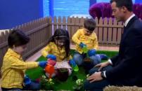 Çocuklar bahçede çiçek ekti...
