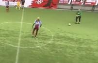 Kaleci Erkan kendi yarı sahasından süper bir gol attı