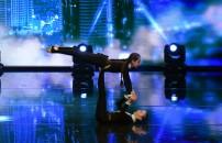 Beste ve Sahra jimnastik gösterisi