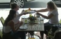 Ablasına kafede limonata yaptırmaya çalıştı!