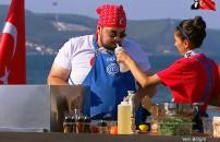 MasterChef Türkiye'nin 29 Ekim bölümünde ilginç anlar! Ayyüce yanlışlıkla sirkeyi Eray'ın burnuna sıktı