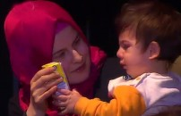 Babasını sahnede görünce ağladı!