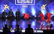 Orkhan Azizov ve Dikiy Kafkas Dans'ın final performansı