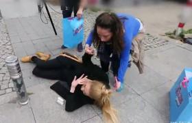 Sokak ortasında yere yığıldı! Yarışmacının zor anları...