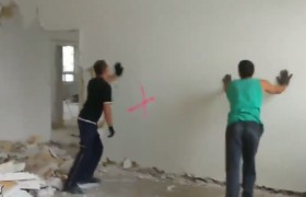 Evin duvarını bağırarak yıktı!