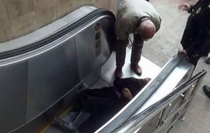 Yürüyen merdiven dehşeti! Yaşlı çiftin zor anları...