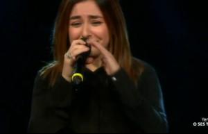 Şarkıyı bitirdi, ağlama krizine girdi!