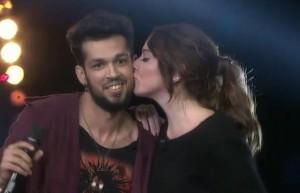 Hadise'nin öpücüğü olay oldu! Şarkı sırasında...