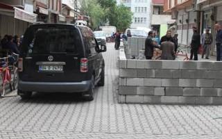 Belediyeye kızdı, yola duvar ördü