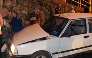 Kontrolden çıkan otomobil çocukların arasına daldı: 3'ü çocuk 5 yaralı