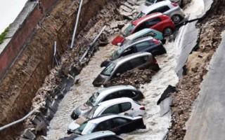 Yol çöktü, araçlar çukura düştü