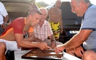 Podolski'nin tavla keyfi! 'Hop mars geliyor'