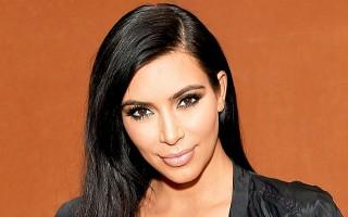Kim Kardashian, sokak ortasında bluzünün azizliğine uğradı!