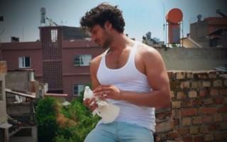 Ayşe'nin 'Beyaz Atletli'si beyaz atlet modasını başlattı!
