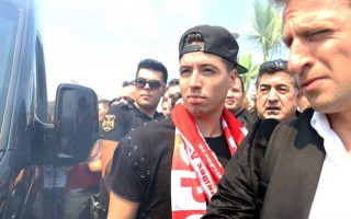 Nasri Türkiye'de! Meşalelerle karşılandı