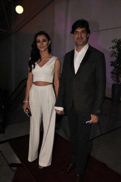 Yakışıklı oyuncu Burak Hakkı, önceki akşam sevgilisi Gülşen Potuk'la katıldığı bir davette böyle mutluluk pozu verdi
