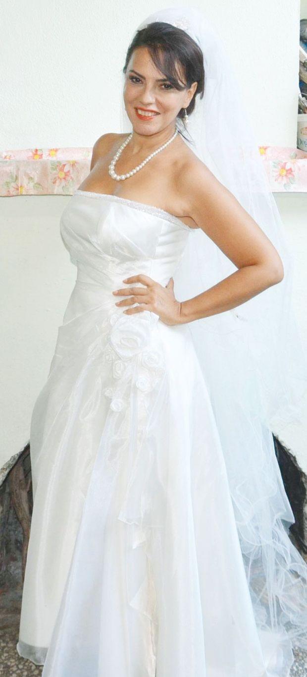 """Yeşim Salkım, çekimleri Muğla'nın Seydikemer İlçesi'nde devam eden """"Bahtiyar Bahtıkara""""da, 2009'da Hakan Eratik'le evlenirken giydiği gelinlikle kamera karşısına geçti."""
