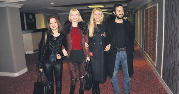 Eşi Kaan Tangöze'nin ihaneti nedeniyle altı yıllık evliliğini bitiren Seçkin Piriler, önceki gün arkadaşı Meral Kaplan'ın rol aldığı tiyatro oyununu izledi