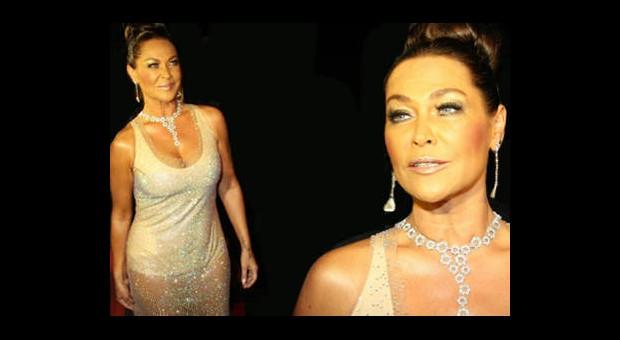 Hülya Avşar'ın Altın Portakal'da Giydiği Elbise Çok Konuşuldu!