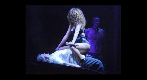 Rihanna Türk Hayranıyla Kucak Dansı Yapacak!
