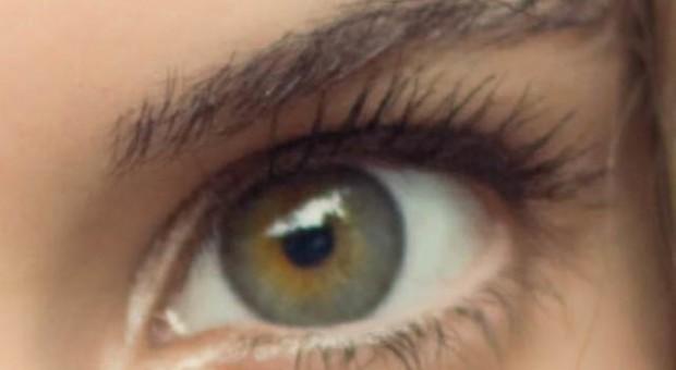 Renkli gözlere sahip kişiler göz makyajlarını nasıl yapmalı?