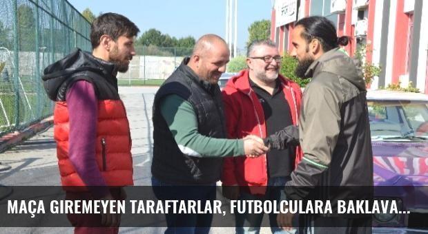 Maça Giremeyen Taraftarlar, Futbolculara Baklava İkram Etti