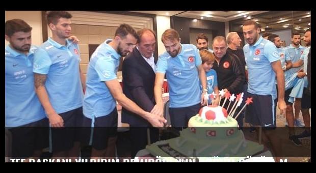 TFF Başkanı Yıldırım Demirören'in doğum günü A Milli Takım kampında kutlandı