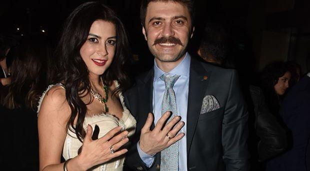 Şahin Irmak ve Asena Tuğal çiftinin düğün tarihi belli oldu. Şahin Irmak sevgilisi Asena Tuğal'le Mayıs ayında nikah masasına oturacaklarını açıkladı.