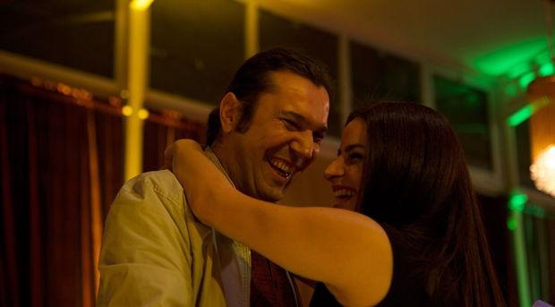 Halil Sezai ve Büşra Pekin düğünde göbek attı