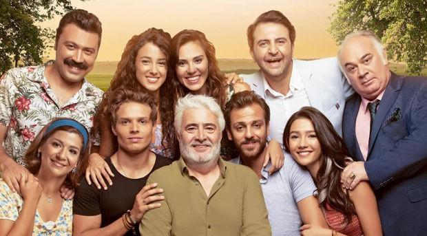 Başrollerini Uğur Yücel, Sezer Avcı, Erkan Kolçak Köstendil, Aybüke Pusat, Murat Ceylan, Cansu Tosun, Güven Kıraç, Şükran Ovalı ve Berat Efe Parlar gibi isimlerin paylaştığı Familya dizisi ekranlara veda ediyor