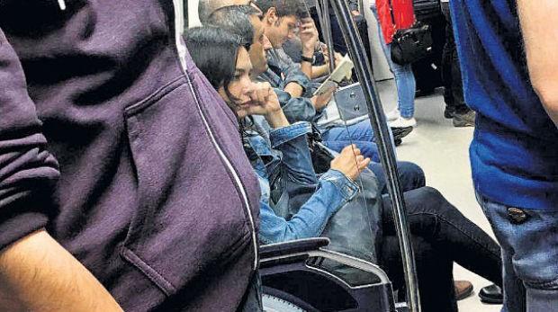 İstanbul trafiğine çözüm olarak raylı sistemi kullanan Hande Ataizi, önceki gün Osmanbey metrosunda objektiflere takıldı.  Görüntülendiğinden habersiz olan oyuncunun, dalgın hali dikkat çekti. Ataizi, meraklı gözlere aldırış etmedi.