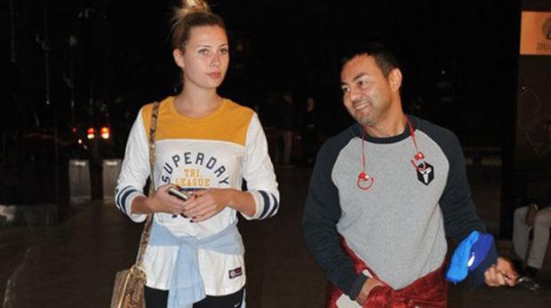 Şarkıcı Serdar Ortaç, önceki gün Rumelihisarı'nda eşiyle yürüyüş yaparken görüntülendi.