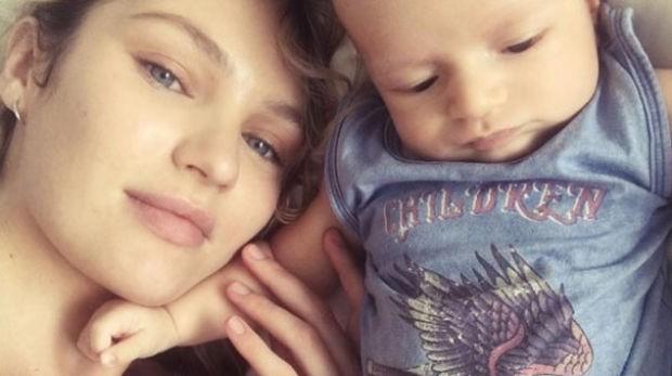 Victoria's Secret modeli Candice Swanepoel, oğlu Anaca ile birlikte ilk kez fotoğrafını paylaştı.  Geçtiğimiz ay ilk bebeğini kucağına alan Candice Swanepoel, ilk kez oğlu Anaca'nın fotoğrafını yayımladı.  28 yaşındaki Güney Afrikalı model, oğlu ile çektiği selfieye,