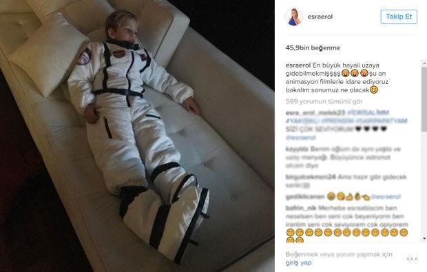 Sosyal medya hesabı üzerinden oğlu İdris Ali'nin bir fotoğrafını yayımlayan Esra Erol, astronot kıyafetleri içinde evde bir koltuğa uzanmış şekilde görülen oğlunun hayalini takipçileriyle paylaştı