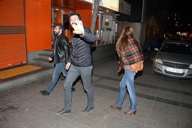 Setlerde tanışıp arkadaşlıkları aşka dönüşen oyuncular Oya Unustası ile Tansu Taşanlar, önceki akşam Taksim'de görüntülendi
