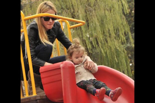 Wilma Elles, hafta sonu güzel havanın tadını ikizleriyle Bebek Parkı'nda çıkardı