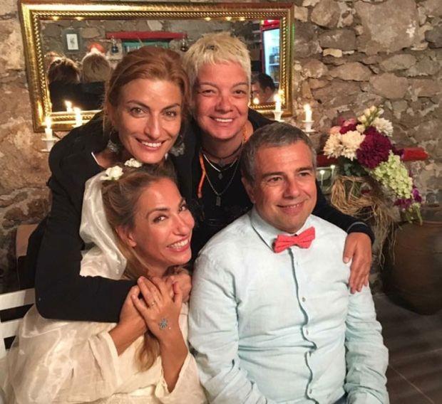 Uzun zamandır gözlerden uzak bir yaşam süren Deniz Arcak evlendi.  Şarkıcı, 1,5 yıldır birlikte olduğu Akgün Fırat'la önceki gün İzmir'in Dikili İlçesi'nde bulunan yazlık evinde nikâh masasına oturdu.