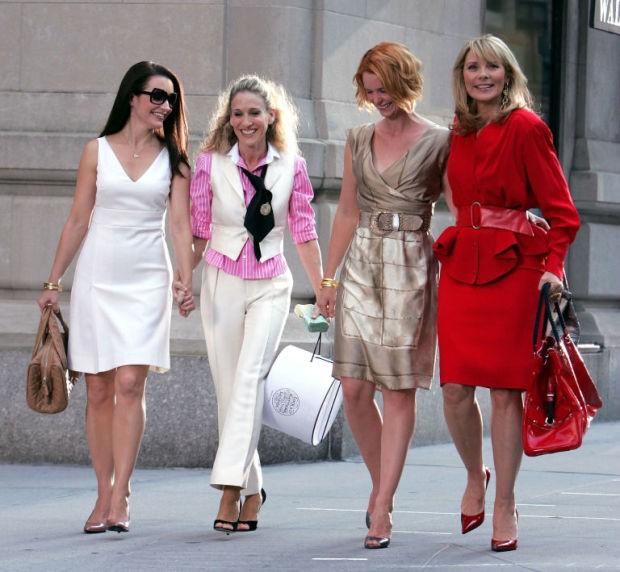 """En çok seyredilen televizyon dizilerinden Sex and the City yeni dönemde ekranlarda olacak.  Seride Carrie Bradshaw karakterine hayat veren Sarah Jessica Parker dizinin yeniden çekilebileceğini belirtirken, """"geri dönüşün film mi dizi mi şeklinde olacağını bilmiyoruz. Ancak böyle bir teklif geldiğinde hiçbirimizin hayır diyeceğini düşünmüyorum"""" dedi."""